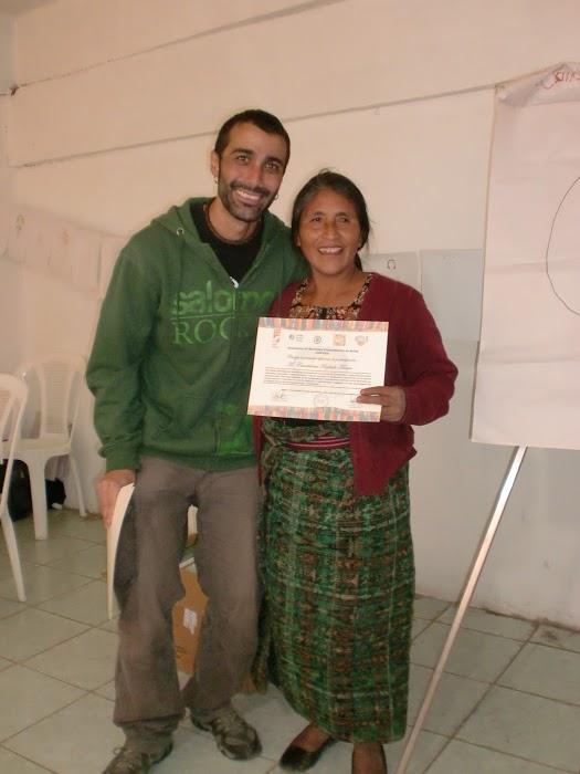 Yo con comadrona y su certificado recién entregado en San Juan Ixcoy